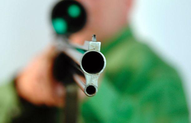"""Talon asukkaalla oli hovioikeuden mukaan oikeus """"tässä tapauksessa"""" puolustautua haulikolla ampumalla. Kuvituskuva."""