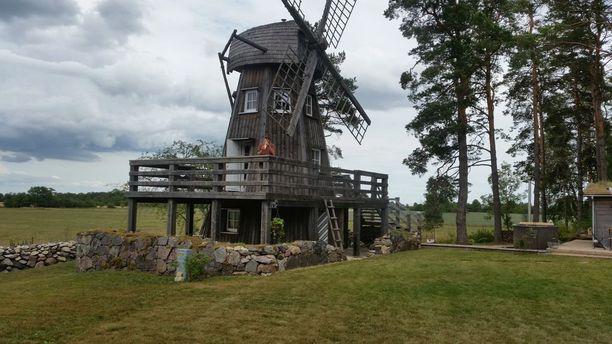 Tuulimylly-mökin avajaiset pidettiin tänä kesänä. Paikallinen muusikko Villu Veski soitti avajaisissa myllylle omistamansa kappaleen.
