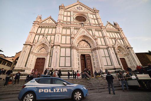 Kirkossa on 16 kappelia, joista yhden on suunnitellut Michelangelo.