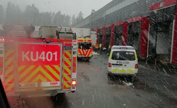 Kuorma-autoa kuljettanut mies kuoli Nurmijärvellä Rajamäen viinatehtaalla keskiviikkona. Hätäkeskus sai ilmoituksen onnettomuudesta iltapäivällä varttia vaille kahdelta.