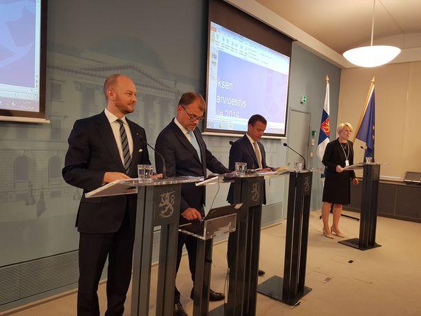 Juha Sipilän hallituksen johtortio julkisti vuoden 2019 budjettiesityksen valtioneuvoston linnassa 28.9. Kuvassa vasemmalta Sampo Terho (sin), Juha Sipilä (kesk) ja Petteri Orpo (kok).