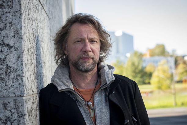 – Joissakin tuotannoissa miespuolisina näyttelijöinä olemme kyseenalaistaneet naispuoliseen vastanäyttelijään kohdistuvat odotukset, kertoo näyttelijä Antti Reini tekemistään seksikohtauksista.