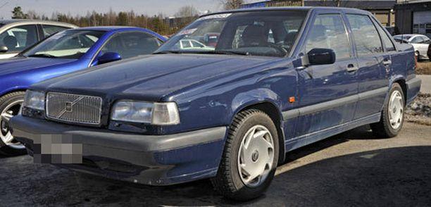 Kaupparatsu liikkuu tummansinisellä tai mustalla Volvolla.