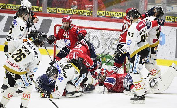 HIFK:n ja Kärppien ottelussa jaettiin makuupaikkoja maalin edessä.