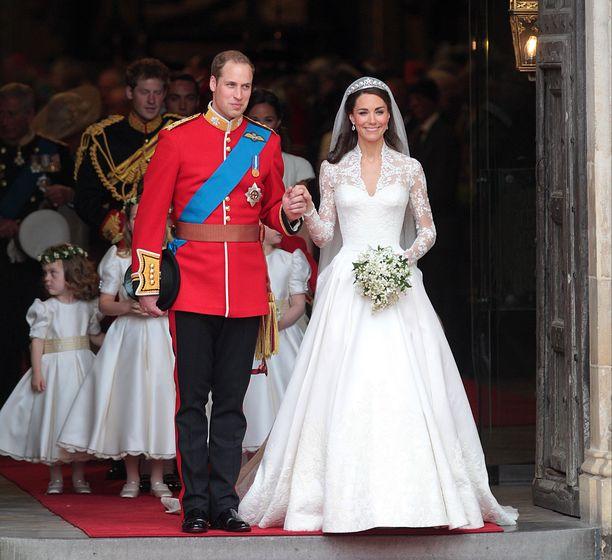 Prinssi Williamin ja herttuatar Catherinen häitä seurattiin ympäri maailman vuonna 2011. Kihlautuessaan Catherine vastaanotti Williamilta edesmenneen prinsessa Dianan safiirisormuksen.