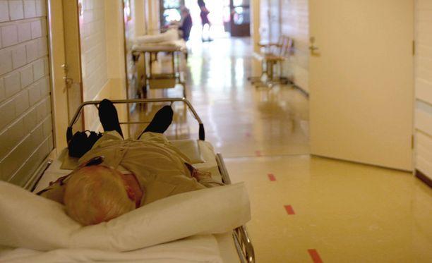 Vanhukset uhkaavat jäädä ilman riittävää hoivaa huoltosuhteen heikkenemisen ja hoitajapulan vuoksi.