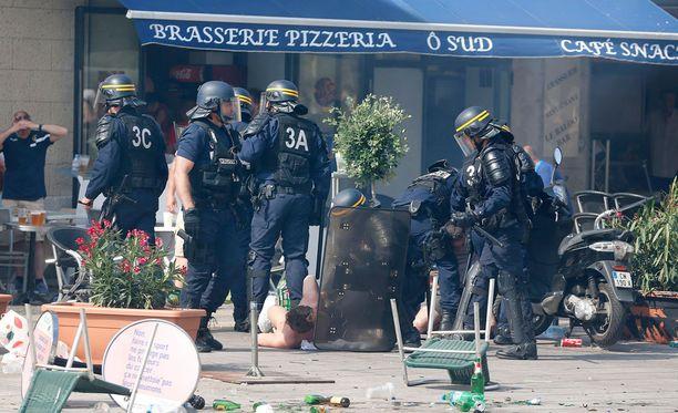 Raporttien mukaan poliisi turvautui myös lauantaina kyynelkaasun käyttöön.
