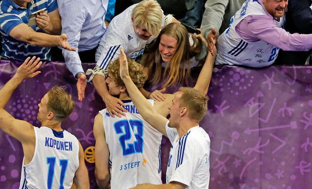 Lauri Markkanen sai onnittelut Riikka-äidiltään ja Verna-tyttöystävältään syksyllä pelatuissa koripallon EM-kilpailuissa.