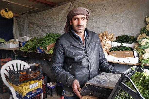Mohammed Jaraad, 45, on elänyt Zaatarissa neljä vuotta. Syyriassa hän korjasi ja myi kelloja, mutta nyt hän omistaa vihanneskaupan. Kauppaan saapuu päivittäin lasti tuoreita vihanneksia Ammanista.