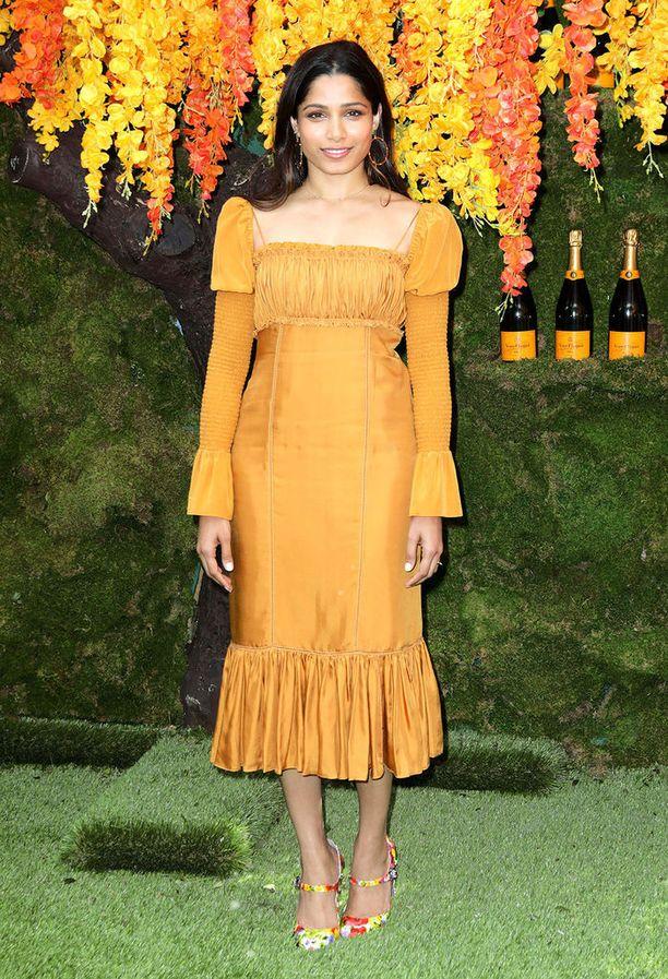 Neliönmuotoinen kaula-aukko tekee Freida Pinton keltaisesta mekosta trendikkään.