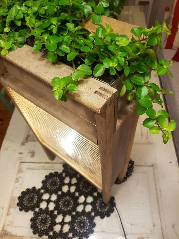 Lasisista pyykkilaudoista tehty lattiavalaisin on samalla myös kukkateline.