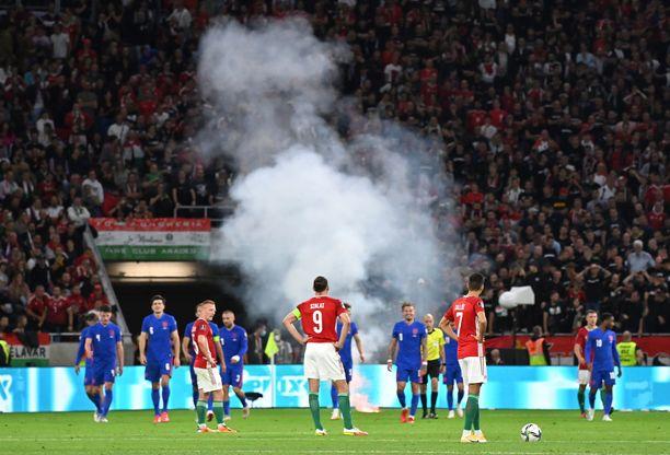 Unkarin Kannattajat heittivät kentälle muun muassa soihtuja Englantia vastaan.