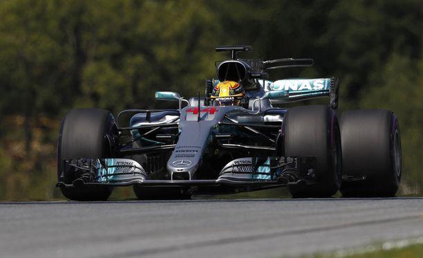 Lewis Hamilton oli nopein Itävallan GP:n ensimmäisissä harjoituksissa.