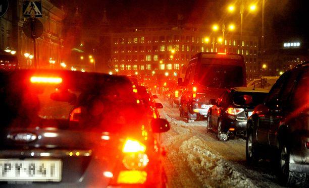 Panostaja oli virittänyt autonsa jättimäiseksi pommiksi, jonka hän uhkasi räjäyttää Helsingin ruuhkassa tammikuussa 1997. Kuvituskuva.