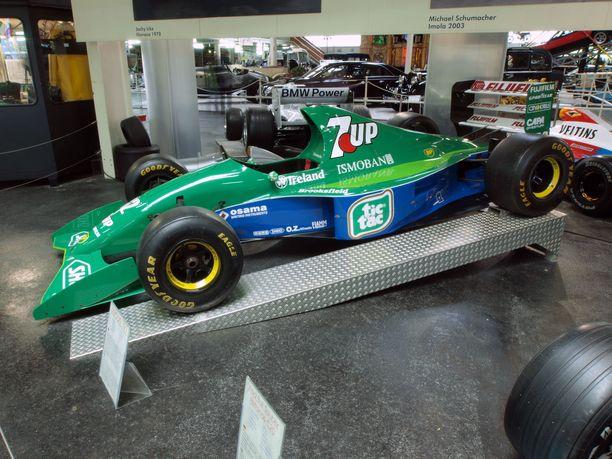 Michael Schumacher debytoi F1:ssä komealla Jordan 191 kilpurilla.