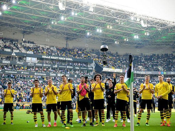 Borussia Dortmundin pelaajat kiittivät fanejaan kauden viimeisen pelin jälkeen.