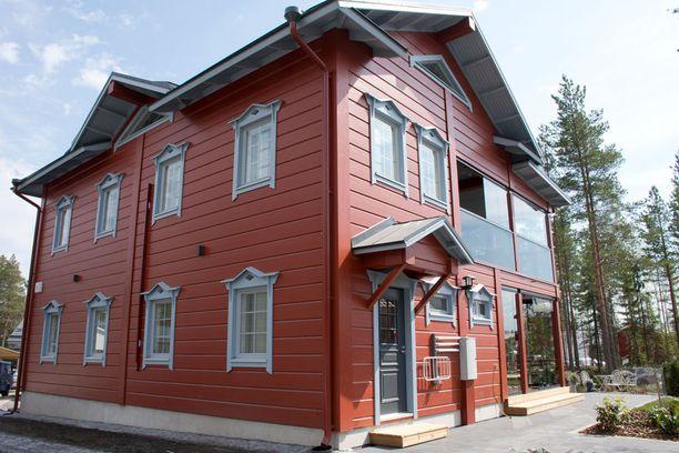 Katariina Rintalan rakennuttaman kaksfooninkisen talon toinen julkisivu on perinteinen, toista puolta hallitsee lasitettu parveke.