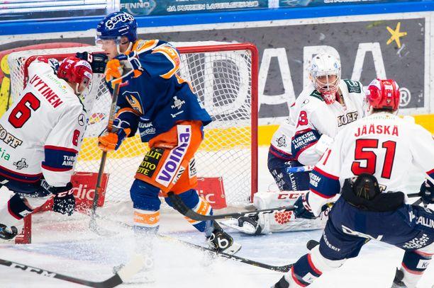 Niko Ojamäki puttasi Tapparan avausmaalin toisen erän alussa.