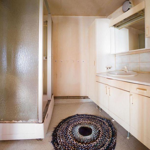 Kylpyhuoneessa näkyy aika.