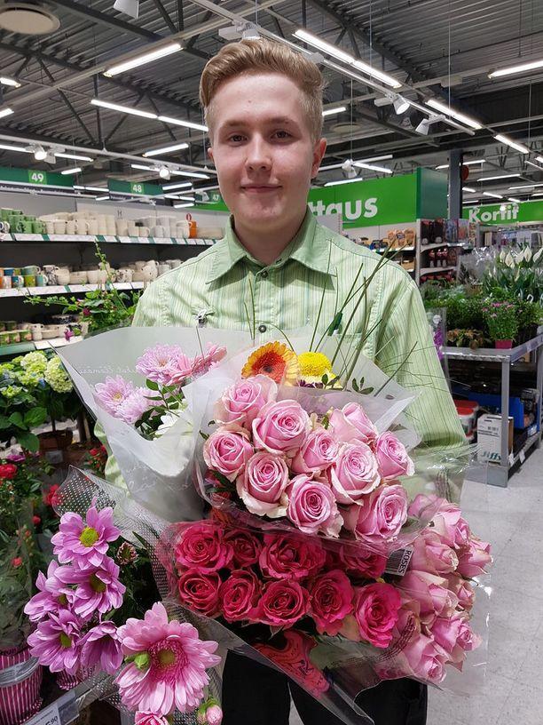 Myyjä Kevin Aaviste, 20, tuli Prismaan töihin juuri jättipotin arvonnan aikana ja on saanut elää ilon ja arvailut potin kohtalosta.