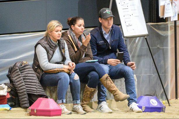 Kisoissa olivat mukana Corinne Schumacher, vas. ja Ginan poikaystävä Iain Bethke. Gina istuu keskellä.
