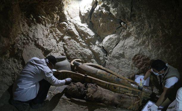 Kuvassa egyptiläisiä arkeologeja tutkimassa toista tuoretta löytöä, huhtikuussa Luxorin läheltä esiin kaivettua muumiota.