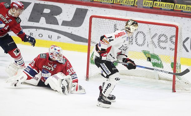 HIFK-vahti Kevin Lankinen ei saanut puolustukselta apuja, kun Antti Suomela teki JYPin voittomaalin.