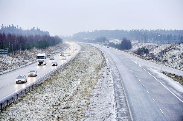 Poliisi valvoo joululiikenteessä erityisesti nopeuksia, ohituksia ja ajoetäisyyksiä. Arkistokuvassa joulun menoliikennettä Lahdentiellä Järvenpäässä.