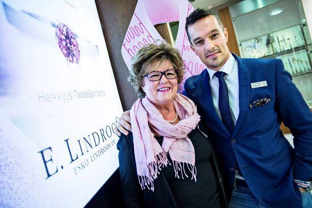 - Ilman perheeni tukea en olisi selvinnyt, Anna-Maija Lindroos sanoo poikansa Olli Lindroosin kainalossa.