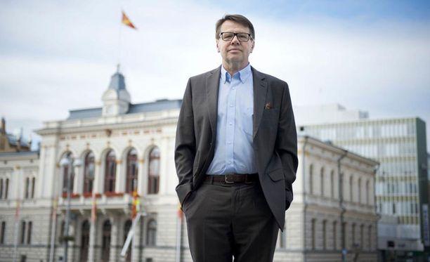 Entinen ministeri, kansanedustaja, kansliapäällikkö ja kunnanjohtaja, nykyinen maakuntajohtaja ja rikoskirjailija Kari Häkämies.