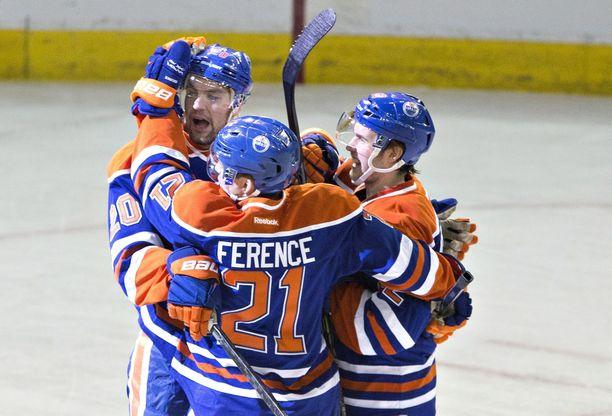 Andrew Ference yritti saada Oilersin nuoria pelaajia kuriin huonolla menestyksellä.
