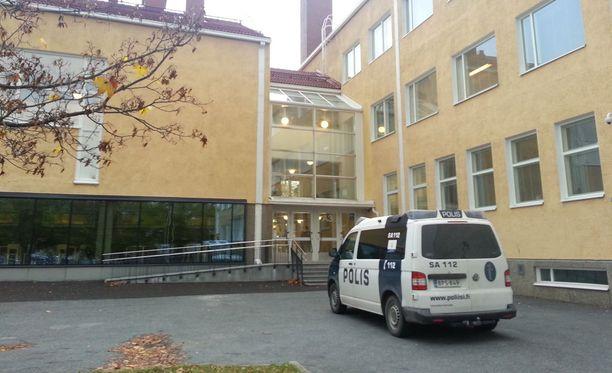 Miehen nähtiin liikkuvan puukon kanssa tiistaina Rauman Lyseon lukion tiloissa.