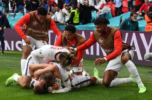 Englannin pelaajat juhlivat 2–0-maalia.