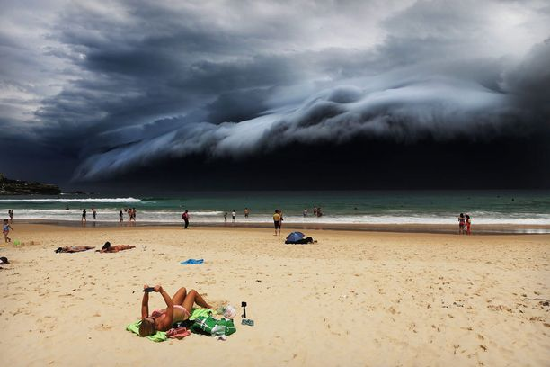Yksittäisten luontokuvien sarjassa ykkössija meni kuvalle, jossa myrsky lähestyy Sydneyn Bondi Beachia.