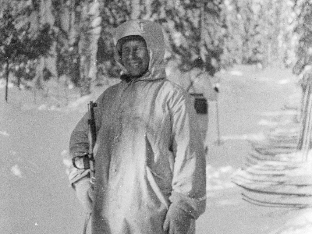 Simo Häyhä oli vain 155-senttiä pitkä. Pienikokoinen ja naamioitumisen hallinnut tarkka-ampuja oli vihollisen tarkka-ampujille ylivertaisen vaikea vastus.