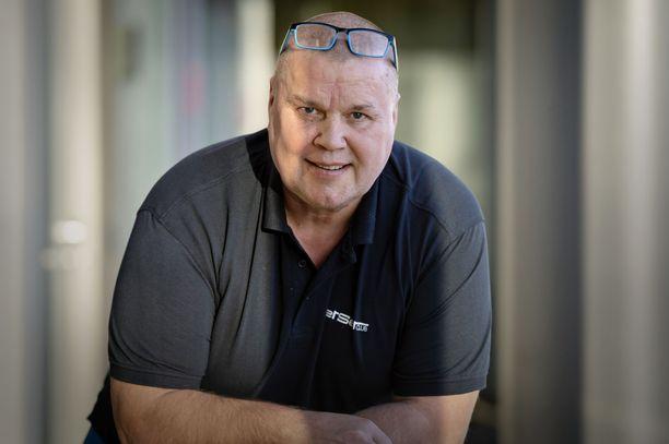 Timo Jutila puolustaa Curt Lindströmiä.
