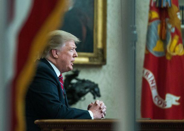 Trump on pitänyt osaa USA:n valtiosta suljettuna jo yli kaksi viikkoa, kun hän yrittä kiristää rahaa rajamuurilleen.