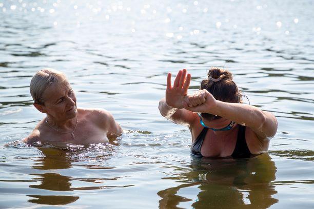 Sukeltaessa kädet tulee laittaa ylös ja leuka laitetaan vasten rintaa.