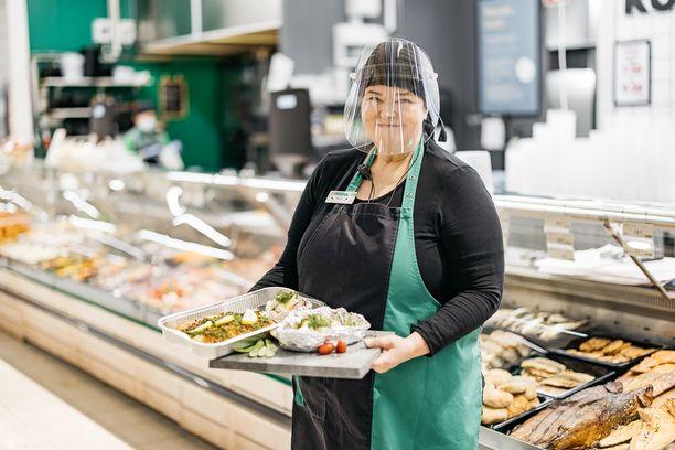 Päivi Mansikka-aho pitää huolen siitä, että Hyllykallion Prisman ruokatorilla on aina tarjolla tuoretta kalaa ja lihaa.