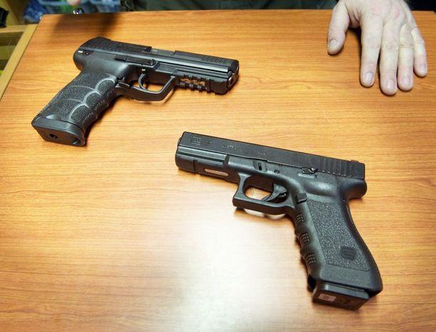 Asiantuntijan mukaan yksi epäiltyjen taakseen jättämistään aseista saattaa olla poliisinkin käyttämä Glock 17, kuvassa oikealla. Kuvituskuva.