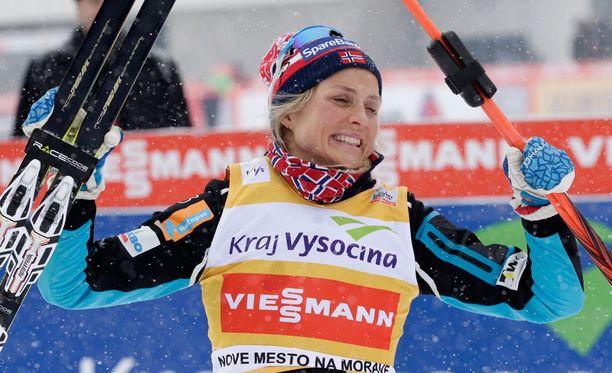 27-vuotias Therese Johaug tykitti Tour de Skin yhdeksän kilometrin takaa-ajoetapilla Alpe Cermisin loppunousun nopeammin kuin yksikään miesten kisaan osallistuneista ruotsalaishiihtäjistä. Urheiluhistorioitsija Hannu Eklundin mukaan miehet ovat kuitenkin urheilussa parempia kuin naiset.
