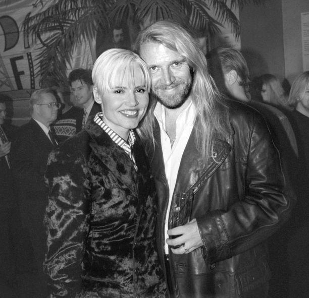 Suomalaisohjaaja Renny Harlin ja Hollywood-näyttelijä Geena Davis olivat naimisissa vuodet 1993-1998.