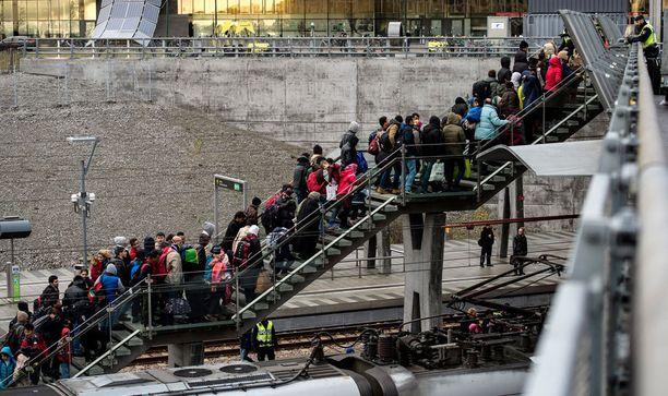 Ruotsiin Tanskasta saapuneita pakolaisia Malmössä.