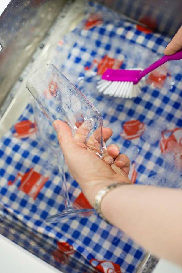 Kun peset kuohuviinilasien kaltaisia hauraita esineitä, laita pesualtaan pohjalle puhdas pyyheliina.