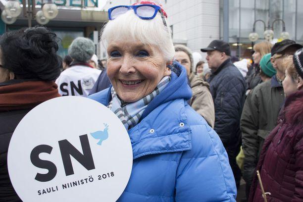 Kaarina Suonperä pitää Niinistöstä kovasti muutoin, mutta presidentin Nato-kanta mietityttää.