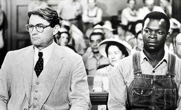 Harper Leen klassikkoromaanista Kuin surmaisi satakielen tehtiin myös elokuva, jota tähditti Gregory Peck. Vuonna 1962 ilmestynyt elokuva oli ehdolla kahdeksaan Oscar-palkintoon, joista se voitti kolme.