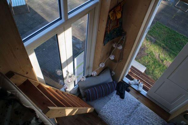 Sadan euron kodin nukkumatilat ovat parvella, talon alakerrassa on tilaa oleskelulle. Patja on lattialla workshopin jäljiltä.