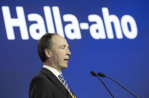 """Jussi Halla-ahon mukaan Itävallassa toteutuu sama, mikä on tapahtunut aiemmin jo Tanskassa, Norjassa, Sveitsissä ja Hollannissa. Hollannissa tosin maahanmuuttovastaisen vapauspuolueen vaalivoitto jäi maaliskuussa ennakoitua pienemmäksi, minkä jälkeen Timo Soini puhui """"maksimista, mihin yhden asian puolue voi päästä""""."""