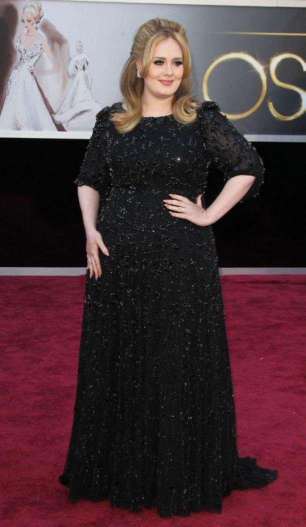 Laulaja Adele edusti näin tyylikkäänä Oscar-gaalassa kaksi vuotta sitten.