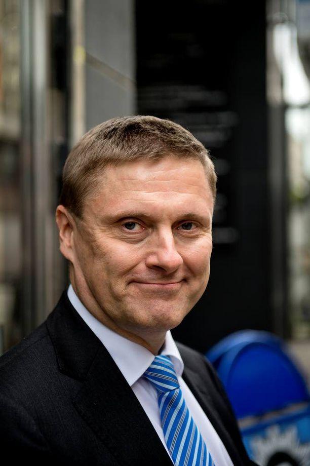 Veronmaksajien Keskusliiton toimitusjohtaja Teemu Lehtinen ei ilahdu hallituksen ehdotuksesta luopua makeisten valmisteverosta.